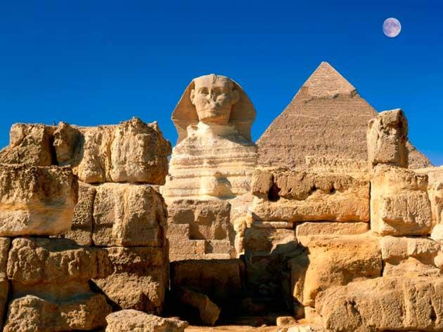 Древнейший архитектурный памятник - пирамиды в Гизе и сфинкс.