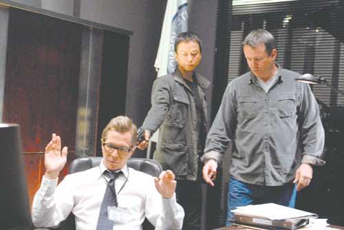 映画『レイン・フォール/雨の牙』の撮影現場。左からゲイリー・オールドマン、椎名桔平、演技指導するマニックス監督