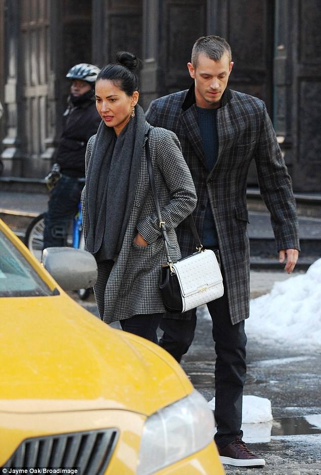Watch your step! The brunette beauty and the Robocop actor navigate the slushy streets