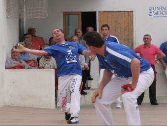 Àlvaro i Nacho juguen en el trinquet Pelayo de València. Foto:FREDIESPORT