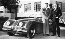 Clark Gable and Richard Lyons with Jaguar (© Jaguar Daimler Heritage Trust)
