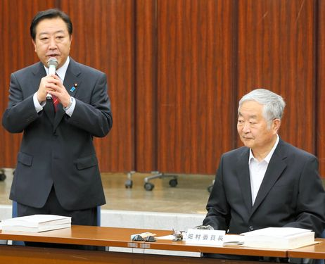 Prime Minister Yoshihiko Noda, left, accompanied by Yotaro Hatamura, chief of the government investigation committee on the accident at the Fukushima No. 1 nuclear power plant, speaks after receiving the final report of the committee on July 23. (Kazuhiro Nagashima)