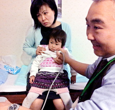 One of the children evacuated from the Fukushima Prefecture area undergoes ultrasound thyroid scanning in Kyoto in 2012. (Asahi Shimbun file photo)