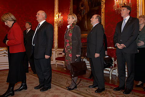 Members of the European Commission lining up before they are welcomed by Austrian Federal President Heinz Fischer in his office premises. In the picture from left to right: Danuta Hübner, Joe Borg, Margot Wallström, Joaquin Almunia, Peter Mandelson