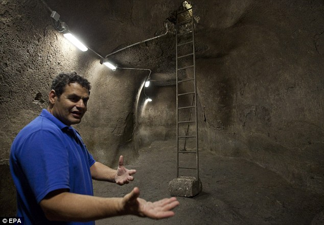 Discovery: Israeli archaeologist Eli Skukrun reveals the large water reservoir from the First Temple Period (1000 BC)