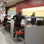 Varias personas en la oficina del Servicio Navarro de Empleo en Tudela.