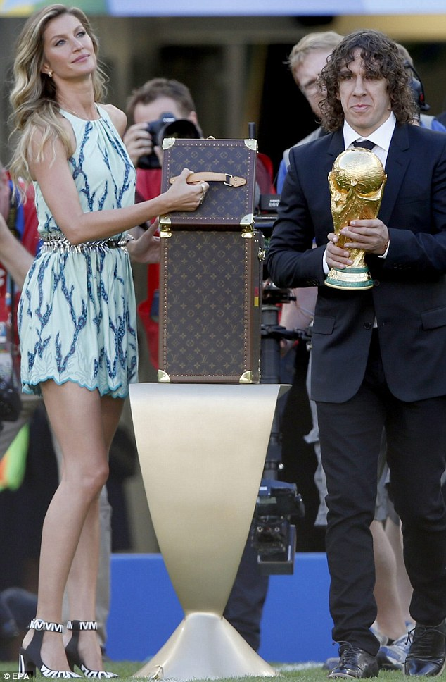 The big reveal: Gisele and Carles unveiled the marvelous trophy