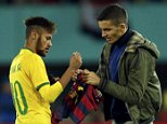 Brazil's Neymar signs an autograph for a pitch invader during their international friendly soccer match against Austria at Ernst Happel stadium in Vienna November 18, 2014.  REUTERS/Heinz-Peter Bader (AUSTRIA  - Tags: SOCCER SPORT)