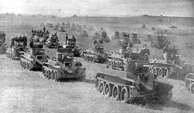 Советские Танки великой отечественной войны БТ идут идут в бой
