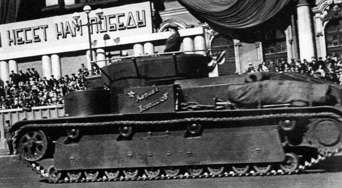 Советский танк Т-28 на параде
