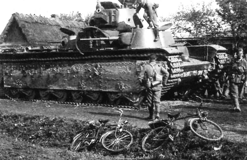 Немецкие солдаты осматривают танк Т-35