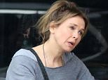 EXCLUSIVE: RenÈe Zellweger stops for coffee with a friend in Santa Monica, California.  Pictured: Renee Zellweger Ref: SPL895692  200115   EXCLUSIVE Picture by: Karl Milan/Splash News  Splash News and Pictures Los Angeles: 310-821-2666 New York: 212-619-2666 London: 870-934-2666 photodesk@splashnews.com