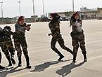 巴勒斯坦女保镖对抗壮男