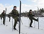 战斗民族大兵穿雪板踢正步