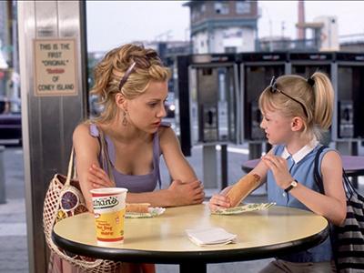 Кадр из фильма про няню и её подопечную - Городские девчонки