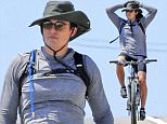 ©2015 RAMEY PHOTO 310-828-3445\nEXCLUSIVE\nNO WEB USAGE WITHOUT AGREED FEE\nApril 8th, 2015 - MalibuøøOrlando Bloom riding his bike on the Pacific Coast Highway in Malibu, California.\nNO FRANCE NO GERMANY\n040815\nJEDY