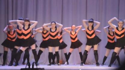 Скандальный танец «пчелок»: об этом видео сегодня говорят больше всего