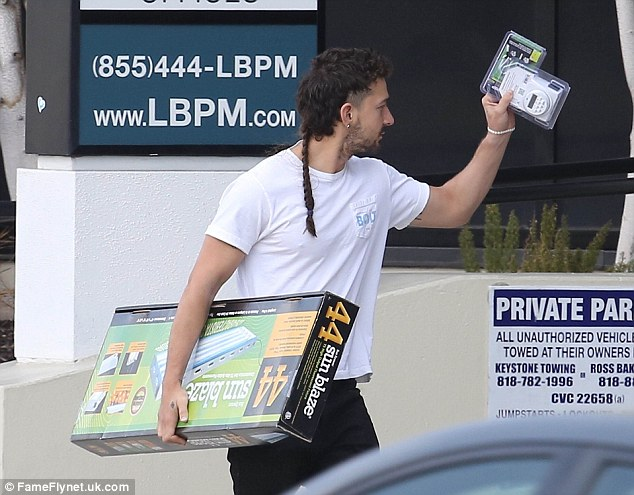 Thanks! Shia waved goodbye to the store staff as he carried a florescent lamp back to his car