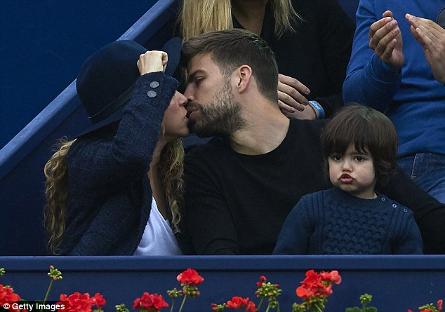 The famous couple share a kiss in between points as Pablo Andujar missed opportunities to clinch the first set