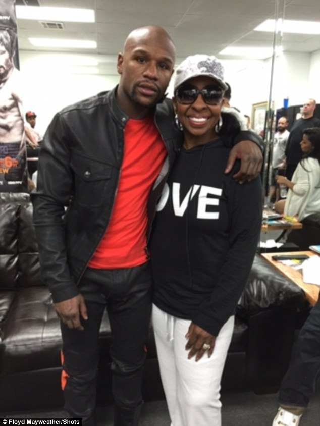 Motown legend Gladys Knight posted a picture on Twitter with Floyd Mayweather during a training session