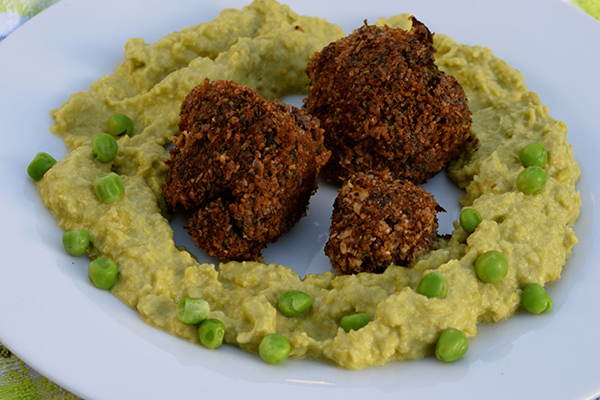 Meat balls served with mushy peas