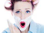 DYGDX7 Junge Frau mit Lockenwicklern und Rasierschaum im Gesicht - woman with hair roller and shaving foam in the face