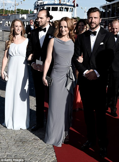 Along with her sisters, who were accompanied by handsome dates