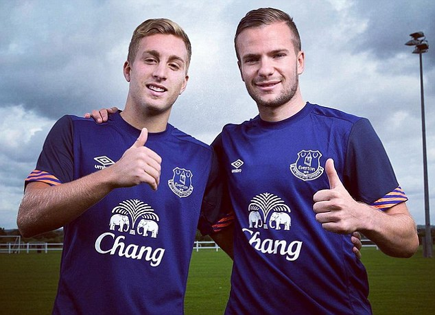 Deulofeu and Cleverley give the camera the thumbs up as they celebrate joining Everton this summer