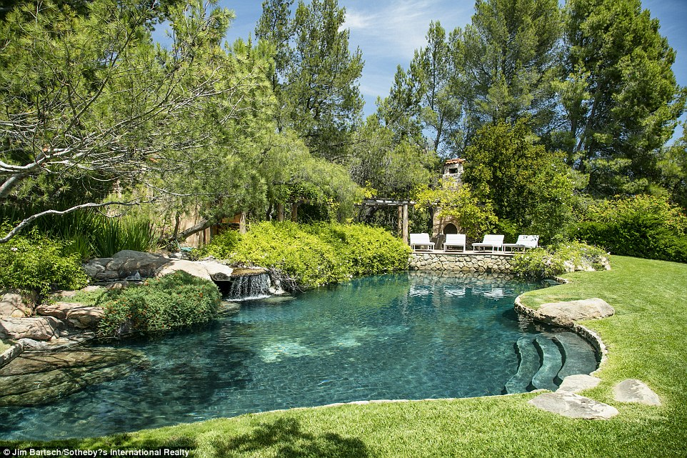 Construction: The home was reportedly finished in 1988 and designed by Barry Berkus, according to its listing