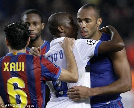Inter Milan's Cameroonian forward Samuel Eto'o (2L) hugs Barcelona's French forward Thierry Henry