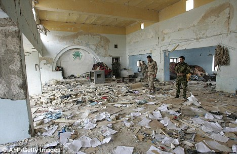 Iraqi police commandos inspect destruction