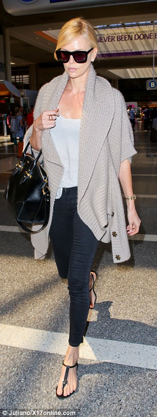 The beauty kept a relaxed style in skinny-cut black leggings