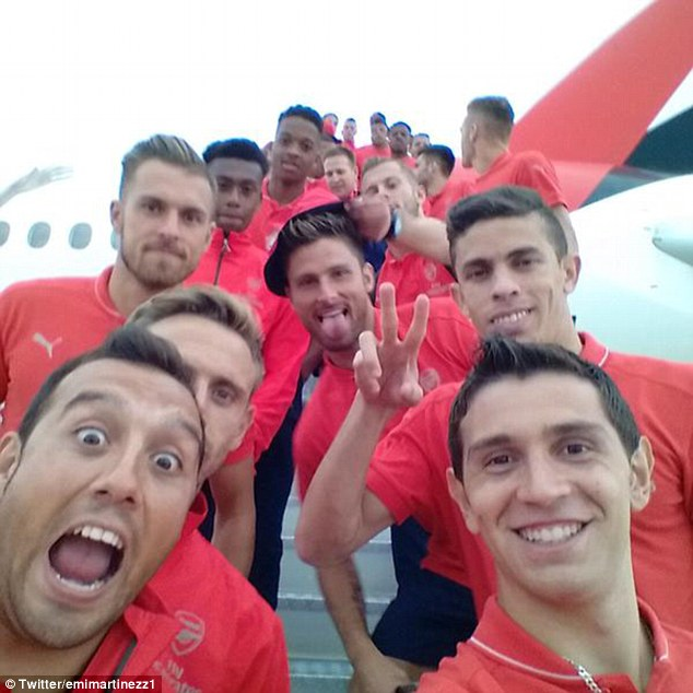 Damian Martínez took a photo of the squad on the steps of the Emirates plane which he posted on Twitter