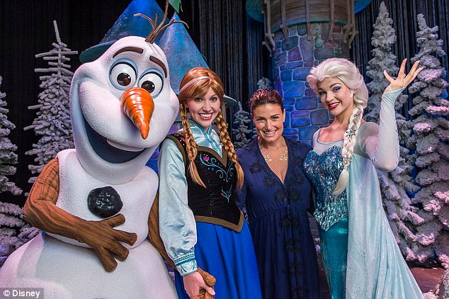 Let's be friends! Idina Menzel, the singer and actress who voiced Queen Elsa in Frozen, met the lady herself on Tuesday, along with Olaf the Snowman and Anna at the Disneyworld themed attraction in Florida