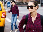 August 7, 2015: Katie Holmes is spotted taking a taxi cab in mid-town New York City. Mandatory Credit: PapJuice/INFphoto.com Ref: infusny-286