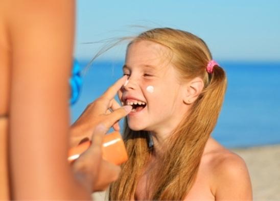 crema protettiva, colpo solare, difesa dei bambini.