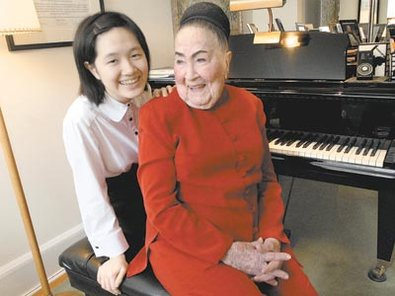 Piano teacher Eleanor Sokoloff with her student Jenny Chen, 15, in her apartment. ( April Saul / Staff Photographer )