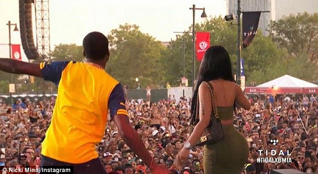 The 32-year-old rap diva hyped the crowd in her man's Philadelphia hometown: 'If you've got love for my baby-daddy make some noise!'