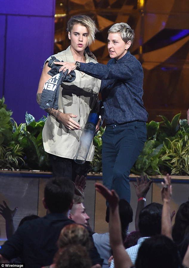 Getting tips? Ellen DeGeneres appeared to be directing Justin where to take his next shot