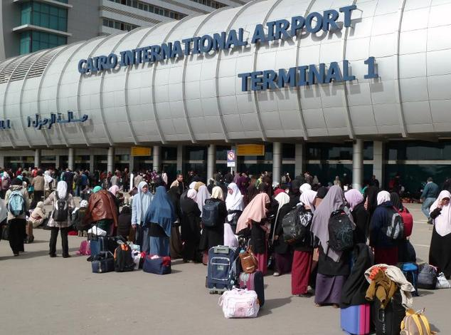 Foreigners crowd the entrance to Cairo's International Airport on February 3, 2011