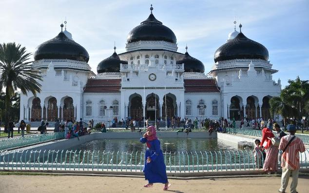 Acehnese enjoy their weekend around the Baiturrahman Mosque in Banda Aceh, the capital city of Aceh province on November 27, 2014