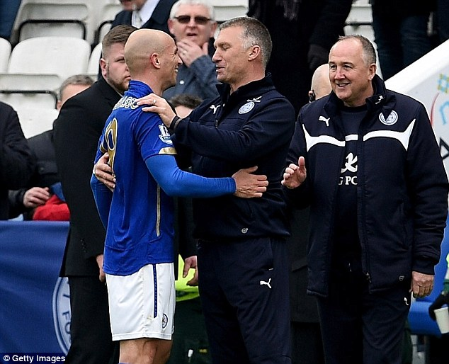 Pearson congratulates goalscorer Cambiasso after the final whistle of his side's win against the Hammers