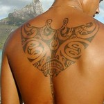 tatoo raie manta polynésien pour dos homme