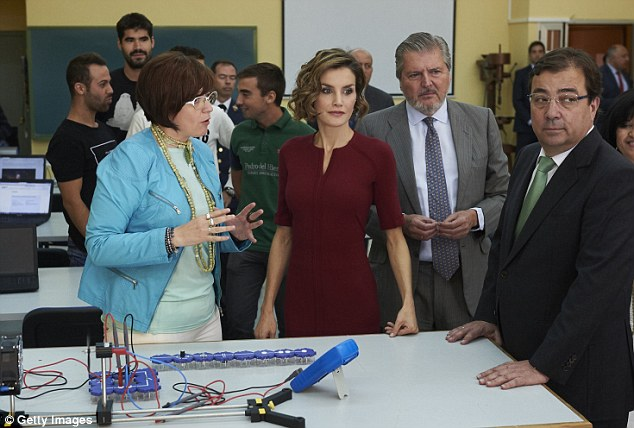 The Queen visiting one of the technology labs in Javier Garcia Tellez secondary School in Caceres