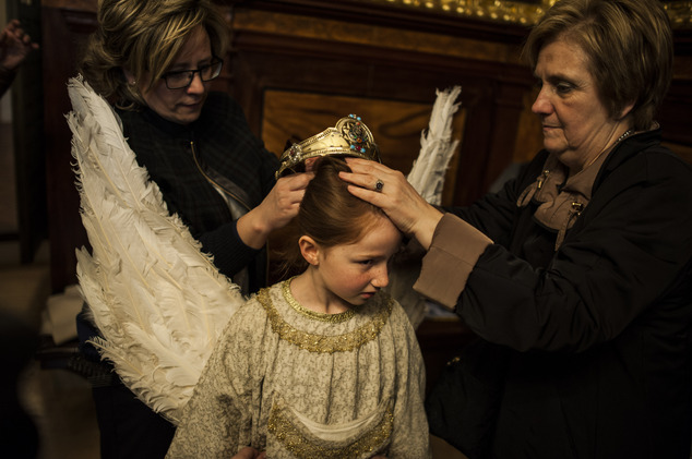 EDS NOTE : SPANISH LAW REQUIRES THAT THE FACES OF MINORS ARE MASKED IN PUBLICATIONS WITHIN SPAIN. Relatives of eight-year-old Alba Oroz, center, adjust her c...