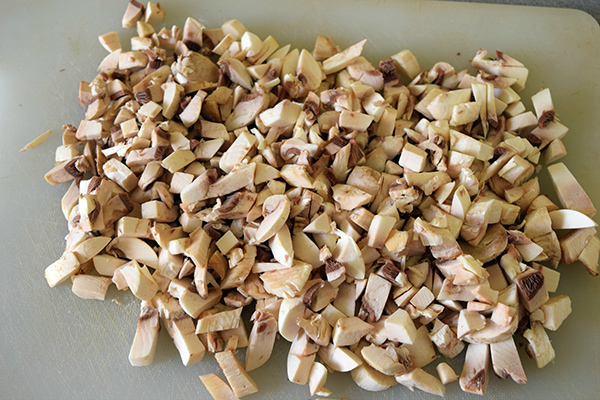 Wash and chop mushrooms thinly.