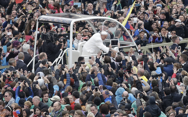 Pope Francis salutes faithful in St. Peter's square at the Vatican, Sunday, April 5, 2015. (AP Photo/Alessandra Tarantino)