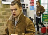 LONDON, ENGLAND - NOVEMBER 05:  (EXCLUSIVE COVERAGE) (MINIMUM PRINT USAGE FEE £150 PER IMAGE) (MINIMUM ONLINE/WEB USAGE FEE £150 FOR SET) Harry Styles sighting on November 5, 2015 in London, England.  (Photo by Crowder/Legge/GC Images)