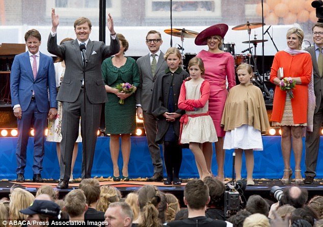 Speech! King Willem-Alexander talks to the crowds during his visit to Dordrecht