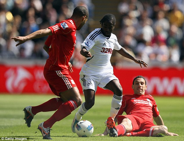 Outnumbered: Nathan Dyer battles with Glen Johnson and Maxi Rodriguez